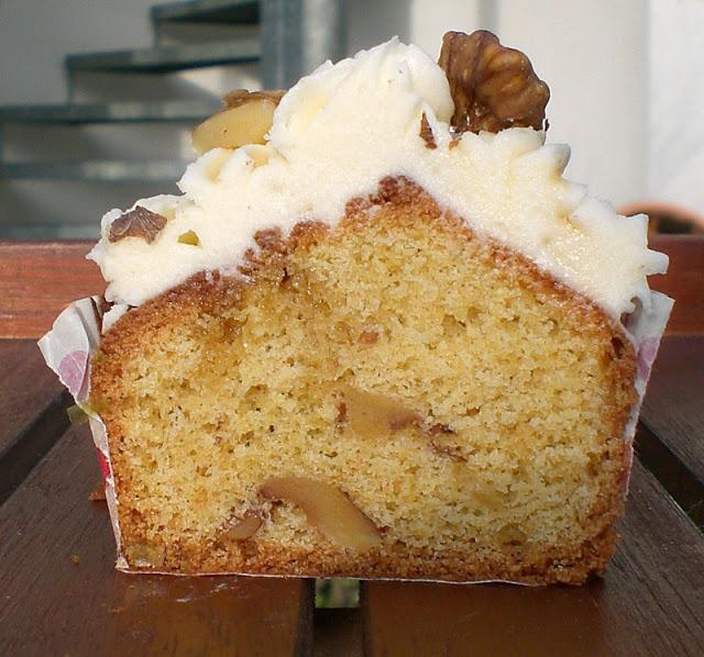 Weihnachtliche Ahornsirup-Walnuss-Cupcakes mit Ahornsirup-Frischkäse-Frosting