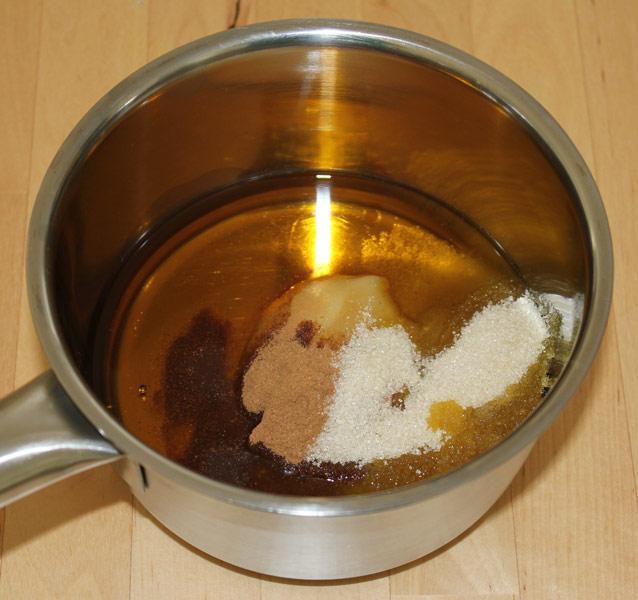 Fett und Süßungsmittel für das hausgemachte Knuspermüsli in einem Topf