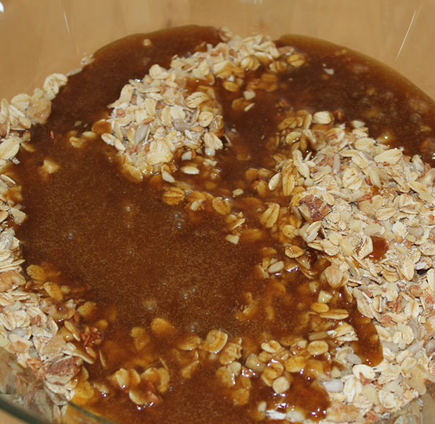 trockene und flüssige Zutaten für das Granola werden in einer Schüssel vermengt