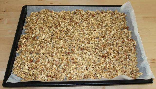 hausgemachtes Knuspermüsli auf einem Backblech