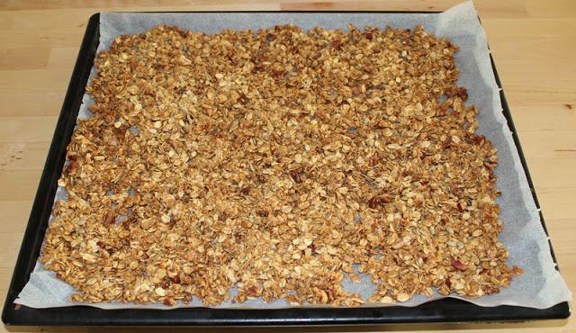 fertig gebackenes Knuspermüsli auf einem Backblech