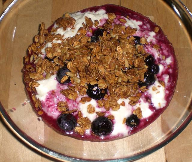 hausgemachtes Knuspermüsli mit Joghurt und Früchten