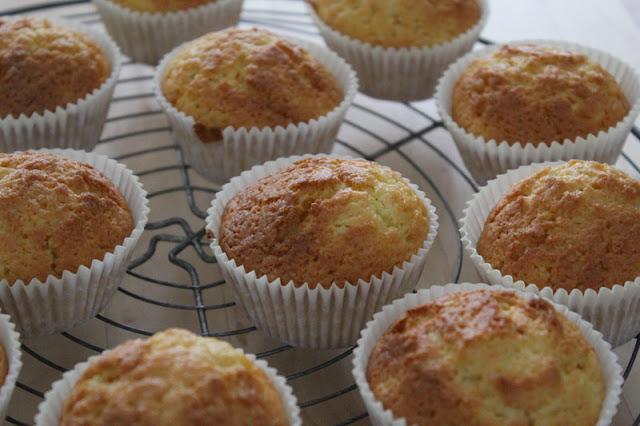 gebackene Muffins der Backmischung für Cupcakes von Dr. Oetker
