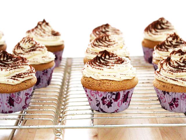 fertig gebackene Tiramisu-Cupcakes mit Espresso und Mascarpone-Frosting