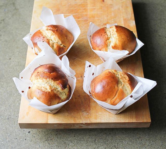 frische Brioche aus einfachem Hefeteig aus einer Muffinform