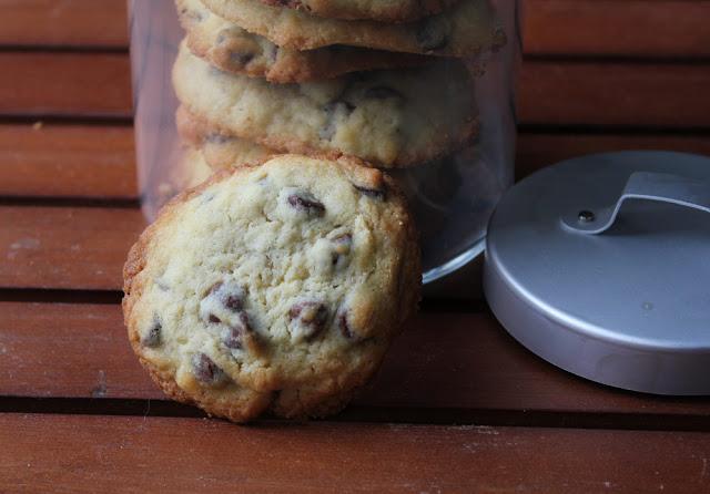 frisch gebackener Keks mit Schokoladentropfen (Chocolate Chip Cookie)