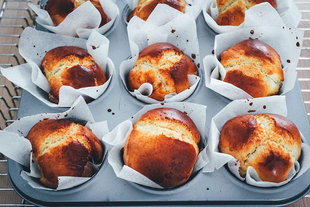 Grundrezept für Hefeteig als Hefegebäck zum Frühstück | von Brioche über Hefezopf bis Einback und Rosinenbrötchen lässt sich der Universalteig in alles verwandeln. Wunderbar für Frühstück und Brunch! | moeyskitchen.com