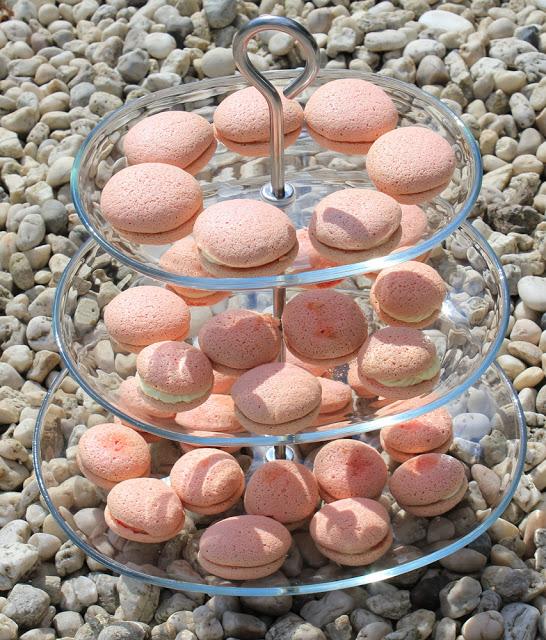 frisch gebackene Macarons mit zweierlei Füllung auf einer Etagere