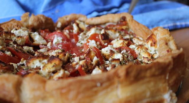 frisch gebackene Quiche mit Tomaten, feta und Blätterteig