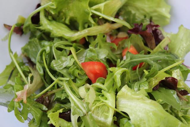 frischer grüner Salat als Grillbeilage