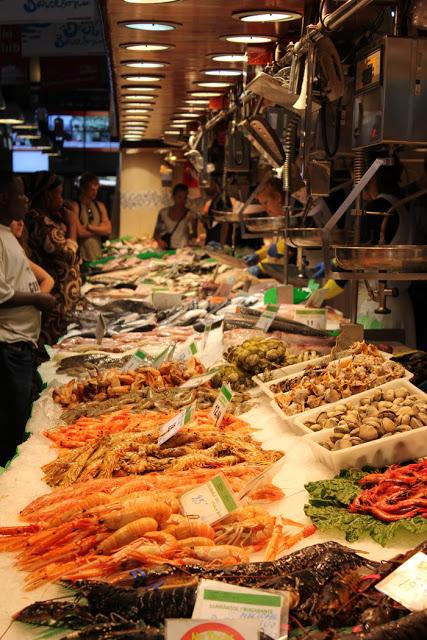 ein Fischhändler in der Boqueria in Barcelona