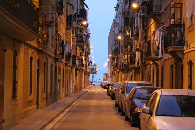 eine beleuchtete Gasse im nächtlichen Barcelona
