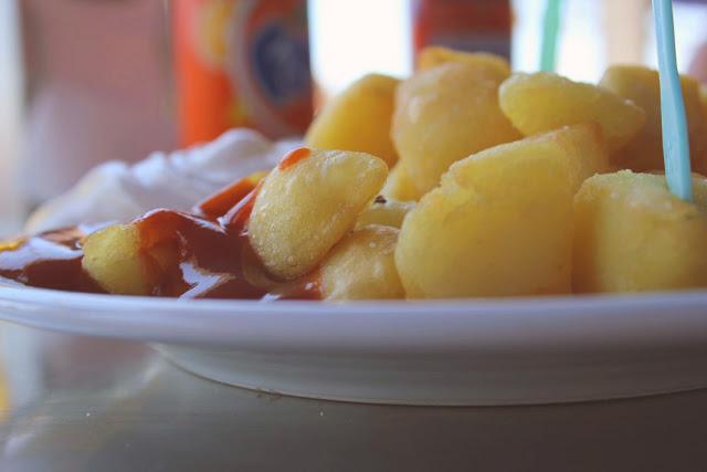 Patatas Bravas mit scharfer Sauce