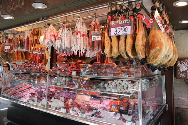 spanischer Schinken in der Boqueria in Barcelona