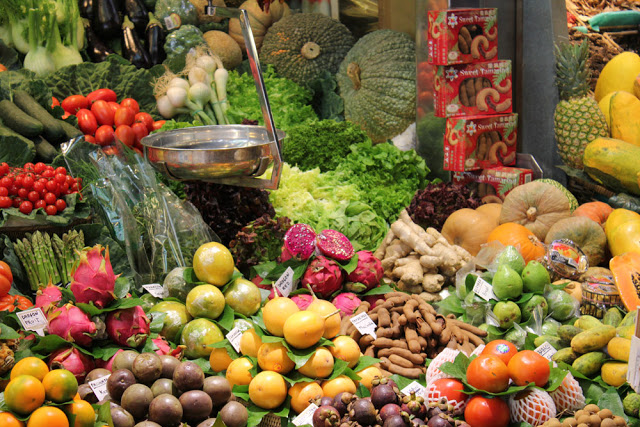 ein Obst- und Gemüsestand in der Boqueria in Barcelona