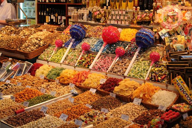 Trockenfrüchte und Süßigkeiten in der Boqueria in Barcelona