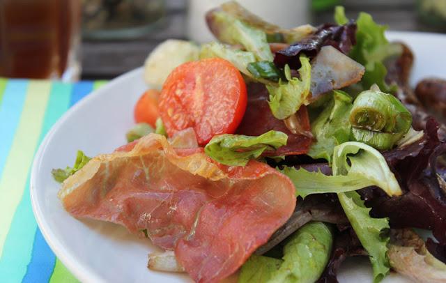 frischer grüner Salat und gegrillter Schinken