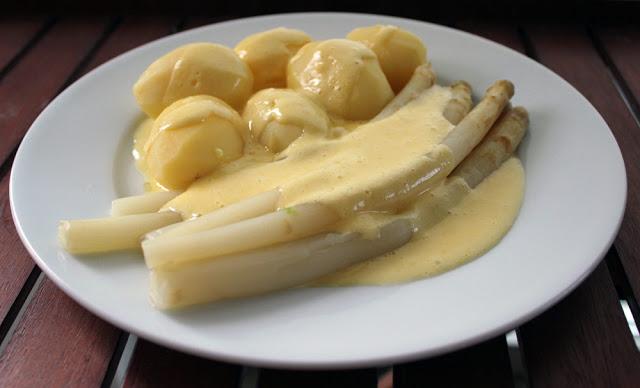 frische, selbst gemachte Sauce Hollandaise mit Spargel und Kartoffeln