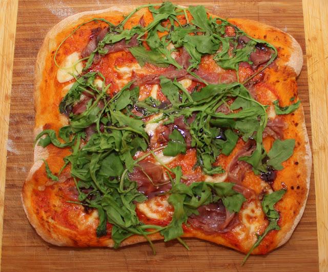 hausgemachte Pizza, lecker belegt
