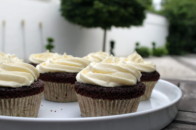 Cupcakes mit weißer Schoko-Buttercreme