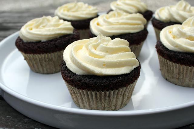 frisch gebackene Red Velvet Cupcakes