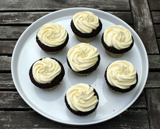 ein Teller voll mit leckeren Cupcakes!
