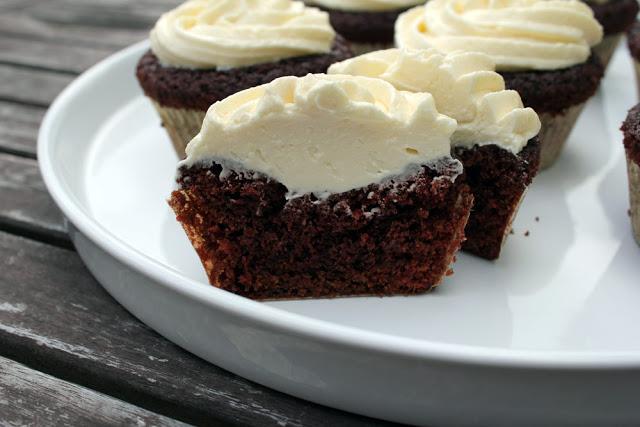 Anschnitt eines Cupcakes mit weißer Schoko-Buttercreme