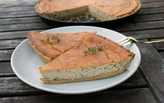 fertig gebackene Ricotta-Tarte mit Kräutern, frisch serviert