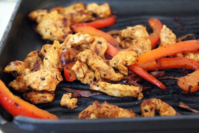 Paprika und Hühnchen aus der Grillpfanne für die Chicken Fajitas