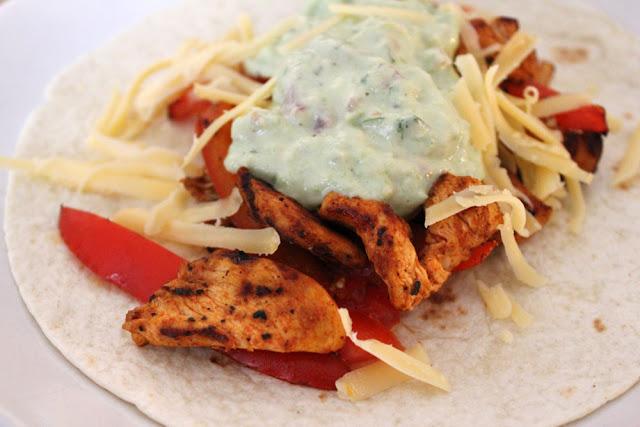Chicken Fajita mit Guacamole, Tomatensalsa und Käse