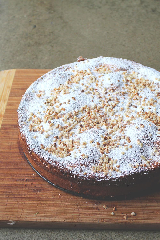 Französischer Apfelkuchen mit Crème fraîche und Mandeln | Ein Lieblingsrezept! | moeyskitchen.com