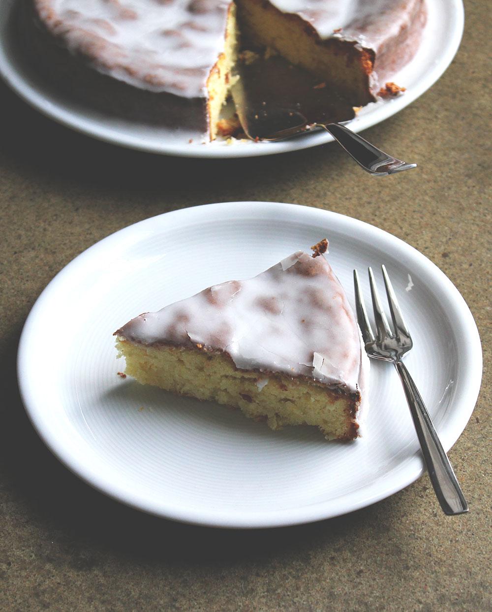 Rezept für Macadamia-Kuchen mit Kokos und Zitrone von moeyskitchen.com