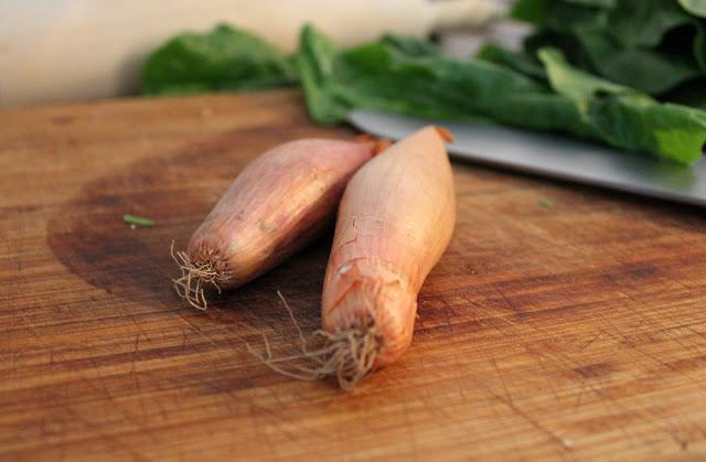 Schalotten für die Füllung der Quiche mit Mangold und Feta