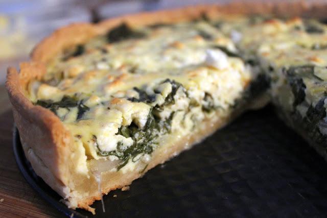 Frisch gebackene Quiche mit Mangold und Feta als Füllung