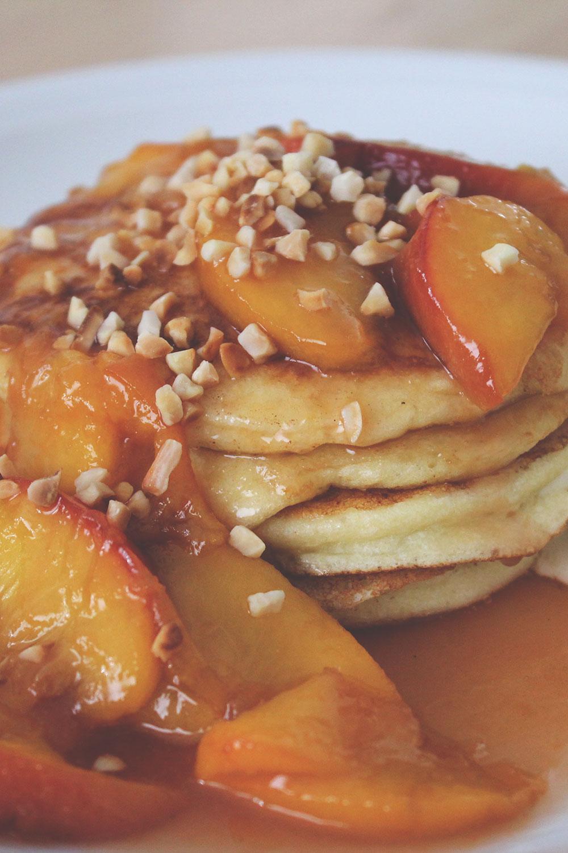 Rezept für Ricotta-Pancakes mit karamellisierten Pfirsichen und Semifreddo aus weißer Schokolade | moeyskitchen.com