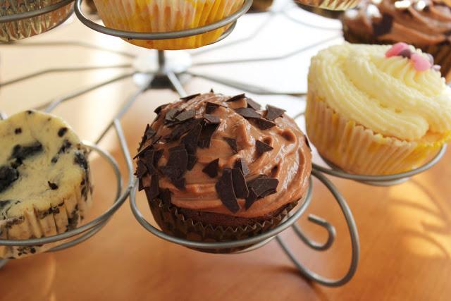 verschiedene Cupcakes auf einem Ständer