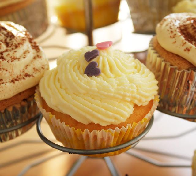 Vanille-Cupcakes auf einem Cupcake-Ständer