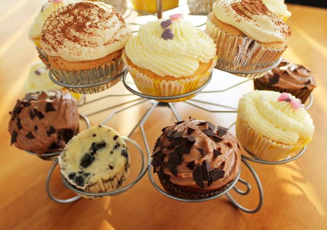 bunt gemischte Cupcakes auf einem Cupcake-Ständer