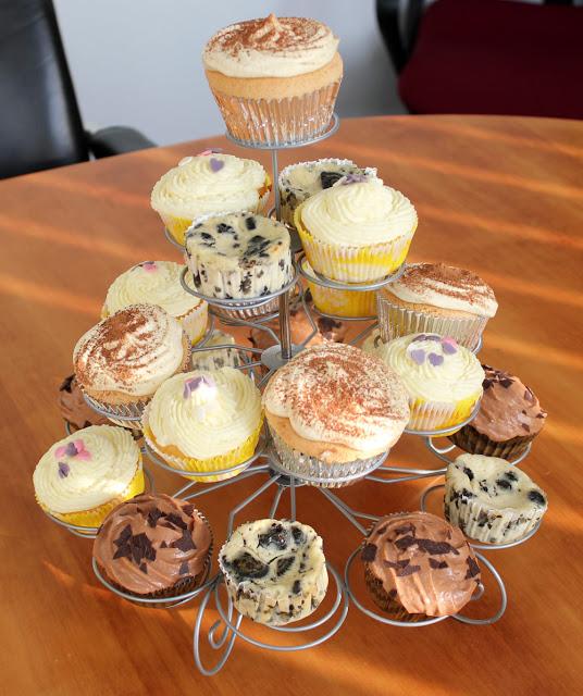 vier Sorten Cupcakes auf einem Cupcake-Ständer