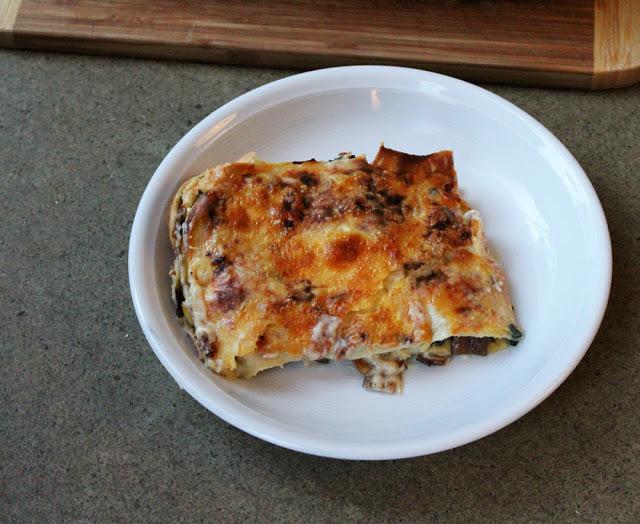 ein Stück selbst gebackene Lasagne auf dem Teller