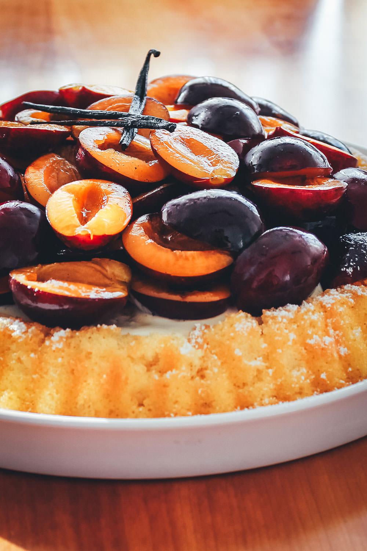 Rezept für saftigen Marzipan-Pflaumen-Kuchen. Mit einem unkomplizierten Boden, der nur aus Marzipan und Ei besteht, getoppt von Crème fraîche, Zwetschgen und Vanillesirup | moeyskitchen.com