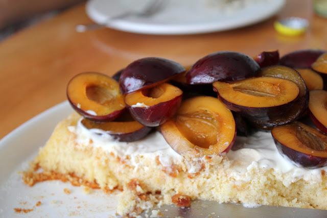 Marzipan-Kuchen mit Zwtschgen und Creme