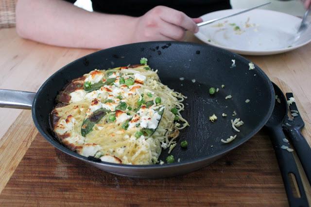 frische Frittata mit Erbsen, Zuckerschoten, Feta und Spaghetti aus der Pfanne