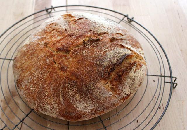 ein frischer Laib Brot kühlt nach dem Backen aus