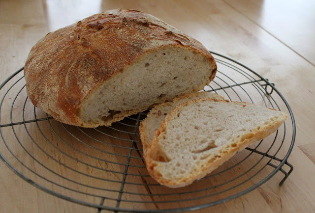 der Anschnitt des frisch gebackenen No-Knead Brots