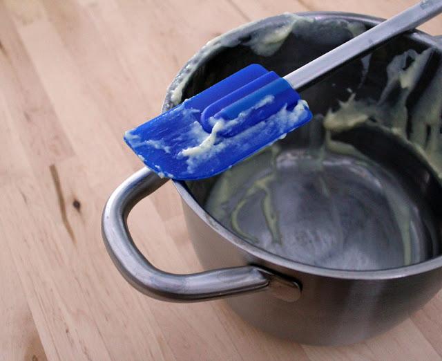 der leere Topf nach dem Kochen des Vanillepuddings