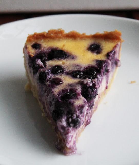 ein Stück frisch gebackene Tarte mit saftigen Blaubeeren und leckerem Vanille-Schmand