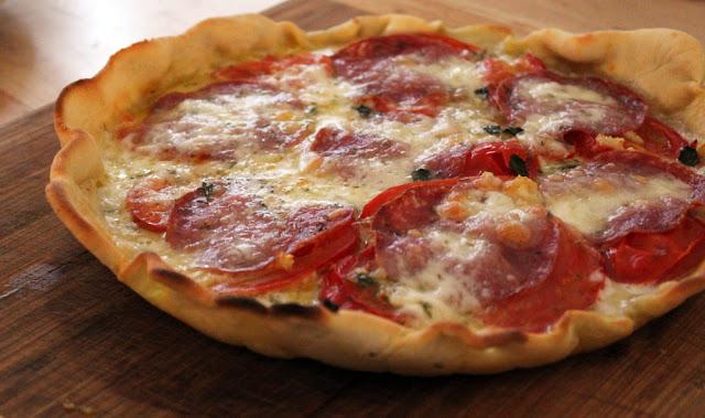 frisch gebackene Pizza aus der Pfanne