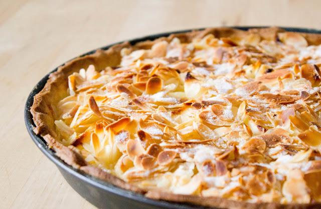 knusprige Tarte mit Apfel, Mascarpone und Mandelblättchen