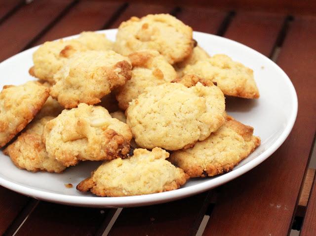 Kekse mit weißen Schokostücken und gesalzenen Macadamianüssen